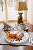 Pfannkuchen mit Kirschmarmelade Stockfoto