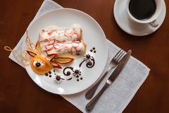 Pfannkuchen mit Kirschmarmelade Stockbild