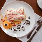 Pfannkuchen mit Kirschmarmelade Lizenzfreies Stockfoto