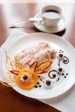 Pfannkuchen mit Kirschmarmelade Stockbilder