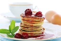 Pfannkuchen mit Kirschsoße. Lizenzfreies Stockbild
