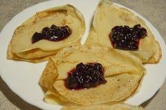 Pfannkuchen mit Korinthenmarmelade Lizenzfreie Stockfotos