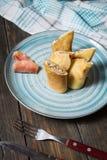 Pfannkuchen mit Lachs- und Frischkäse auf einem hölzernen Hintergrund Lizenzfreie Stockfotos