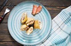 Pfannkuchen mit Lachs- und Frischkäse auf einem hölzernen Hintergrund Stockfoto