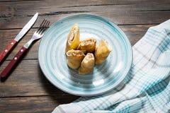 Pfannkuchen mit Lachs- und Frischkäse auf einem hölzernen Hintergrund Lizenzfreies Stockfoto
