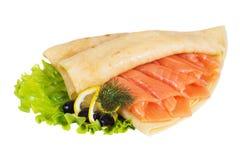 Pfannkuchen mit Lachsen auf einem weißen Hintergrund Stockfotografie