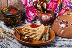 Pfannkuchen mit Lachskaviar stockbild