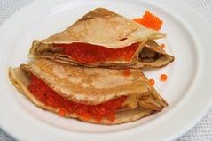 Pfannkuchen mit Lachsrogen Lizenzfreies Stockfoto