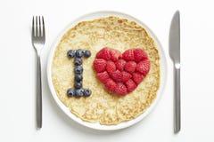 Pfannkuchen mit Liebesinnerform Stockbilder