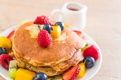 Pfannkuchen mit Mischungsfrüchten lizenzfreie stockfotos