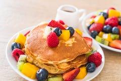 Pfannkuchen mit Mischungsfrüchten lizenzfreie stockbilder
