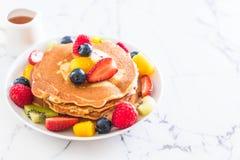 Pfannkuchen mit Mischungsfrüchten stockfotografie