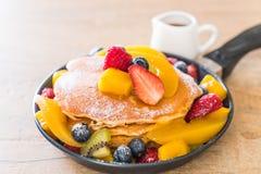 Pfannkuchen mit Mischungsfrüchten stockbilder