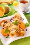 Pfannkuchen mit mit Hüttenkäse und Orange Lizenzfreies Stockbild