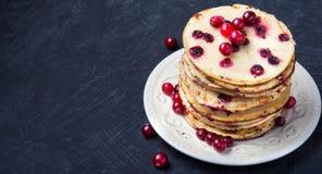 Pfannkuchen mit Moosbeere lizenzfreie stockbilder
