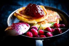 Pfannkuchen mit Moosbeeremarmelade Stockfoto