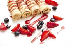 Pfannkuchen mit neuen Beeren und Erdbeermarmelade auf weißem Hintergrund Stockfotografie