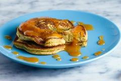 Pfannkuchen mit Pfirsichmarmelade Stockbilder