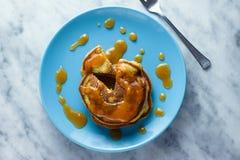 Pfannkuchen mit Pfirsichmarmelade Lizenzfreie Stockfotografie