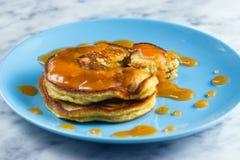 Pfannkuchen mit Pfirsichmarmelade Lizenzfreies Stockbild