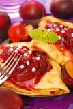 Pfannkuchen mit Pflaume Confiture Lizenzfreie Stockfotografie