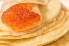 Pfannkuchen mit rotem Kaviar Stockfotos