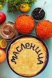 Pfannkuchen mit rotem Kaviar Stockbild