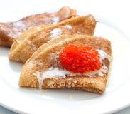 Pfannkuchen mit rotem Kaviar Lizenzfreies Stockbild