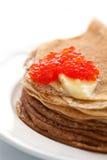 Pfannkuchen mit rotem Kaviar Stockfotografie