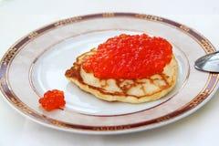 Pfannkuchen mit rotem Kaviar Lizenzfreie Stockfotos