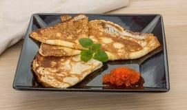 Pfannkuchen mit rotem Kaviar Stockfoto