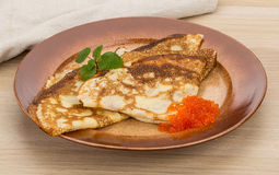 Pfannkuchen mit rotem Kaviar Lizenzfreies Stockfoto