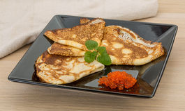 Pfannkuchen mit rotem Kaviar Lizenzfreie Stockbilder
