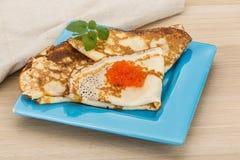 Pfannkuchen mit rotem Kaviar Lizenzfreie Stockfotografie