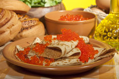 Pfannkuchen mit rotem Kaviar stockbilder