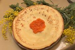 Pfannkuchen mit rotem Kaviar auf einer Pfannkuchenwoche Lizenzfreies Stockbild