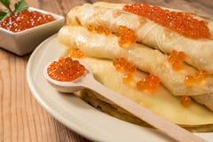 Pfannkuchen mit rotem Kaviar auf Platte Stockfotografie