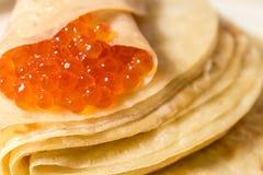 Pfannkuchen mit rotem Kaviar auf Platte Lizenzfreie Stockfotografie
