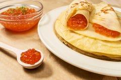 Pfannkuchen mit rotem Kaviar auf Platte Lizenzfreies Stockfoto