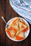 Pfannkuchen mit rotem Kaviar, Draufsicht Lizenzfreie Stockfotos