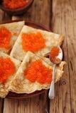 Pfannkuchen mit rotem Kaviar für Shrovetide Stockfotos