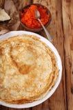 Pfannkuchen mit rotem Kaviar zu Hause Lizenzfreie Stockfotografie