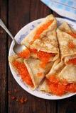 Pfannkuchen mit rotem Kaviar zu Hause Lizenzfreie Stockfotos