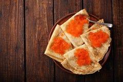 Pfannkuchen mit rotem Kaviar zu Hause Stockbilder
