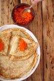 Pfannkuchen mit rotem Kaviar zu Hause Lizenzfreie Stockbilder