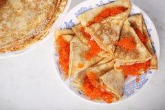 Pfannkuchen mit rotem Kaviar zu Hause Stockfotografie