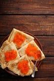 Pfannkuchen mit rotem Kaviar zu Hause, Draufsicht Lizenzfreies Stockfoto