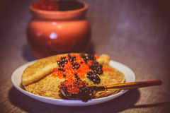 Pfannkuchen mit rotem und schwarzem Kaviar Stockfotografie