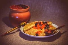 Pfannkuchen mit rotem und schwarzem Kaviar Lizenzfreies Stockbild