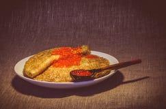 Pfannkuchen mit rotem und schwarzem Kaviar Lizenzfreie Stockfotografie